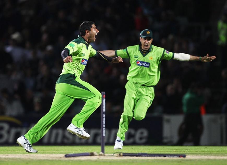 Name:  Abdul Razzaq removed James Anderson to spark Pakistan's celebrations, England v Pakistan, 3rd OD.jpg Views: 229 Size:  137.9 KB