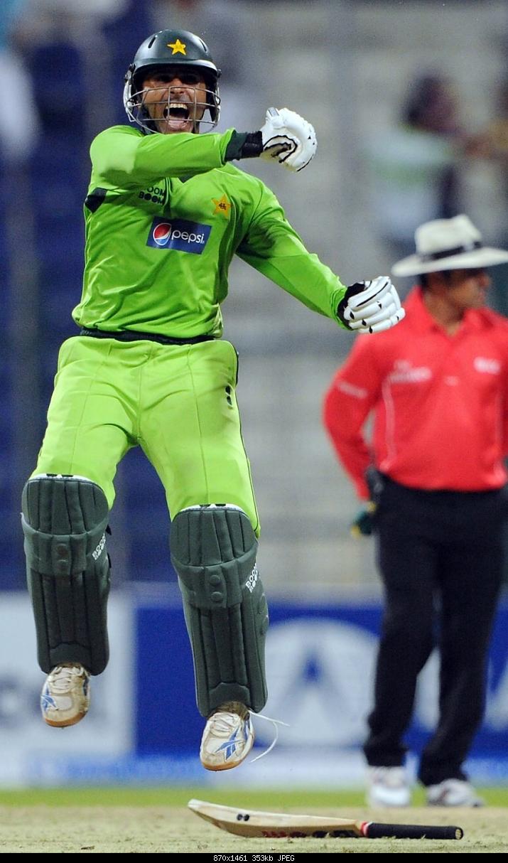 Rampant Razzaq stuns South Africa; Afridi keeps Pakistan's faint hopes alive; Pakistan v South Africa, 2nd ODI, Abu Dhabi-abdul-razzaq-roars-after-sealing-incredible-victory-pakistan-v-south-africa-2nd-odi-abu-dh.jpg
