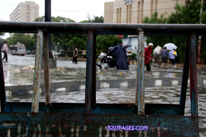 Name:  Rain flood 2011 Karachi street & road Picture (8).jpg Views: 396 Size:  99.4 KB