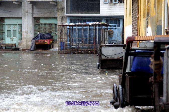 Name:  Rain flood 2011 Karachi street & road Picture (18).jpg Views: 337 Size:  108.2 KB