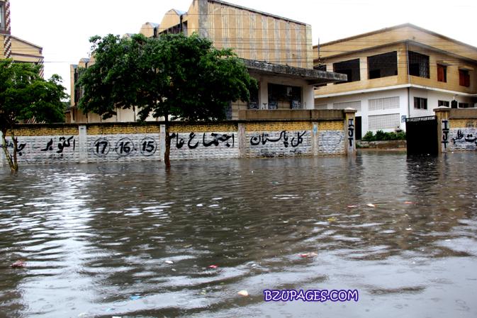 Name:  Rain flood 2011 Karachi street & road Picture (19).jpg Views: 427 Size:  379.6 KB